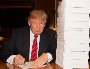 Trump_firmando_ordenes